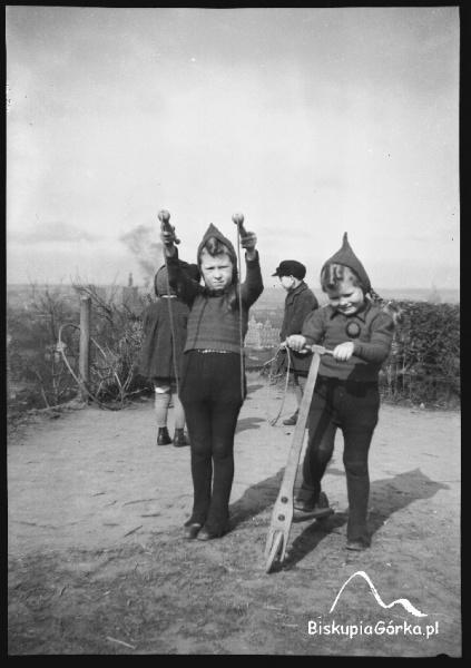Dzieci bawią sie na Bastionie Vigilance, koło Domu Wałmistrza (Biskupia 13).