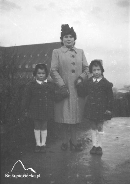 Za siostrami i ich mamą widać fragment Schroniska Młodzieżowego im. Pula Benekego. 1940 r.