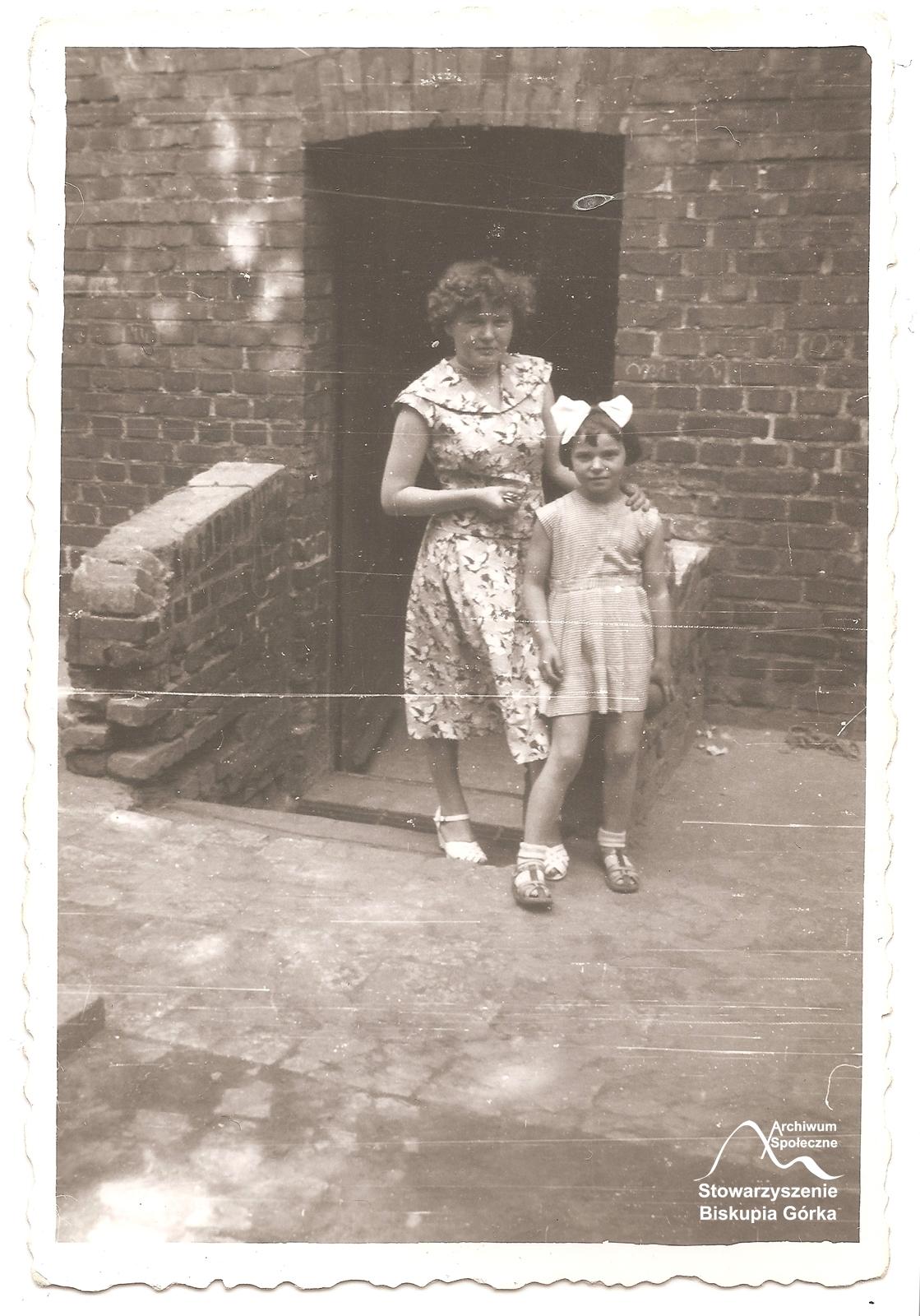 Urszula Kiedrowska z córką na podwórku domu przy ul. Biskupiej 19.