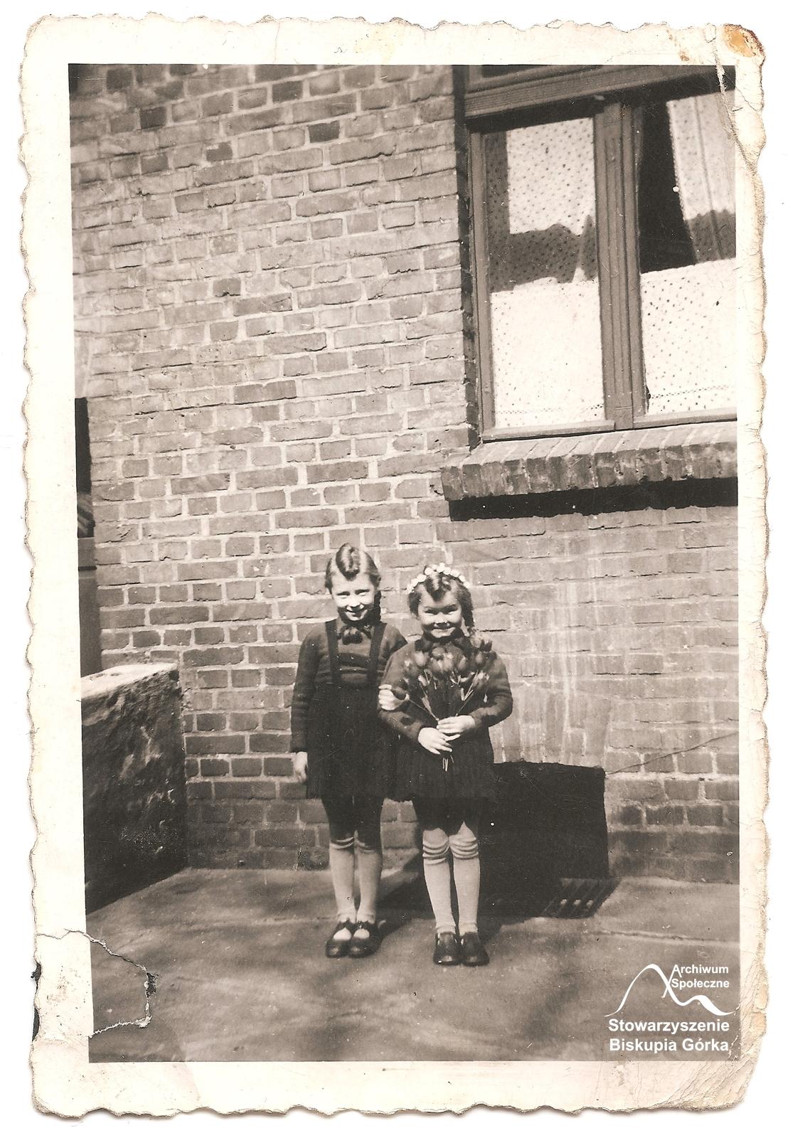 Urszula Kiedrowska z siostrą na podwórku kamienicy przy Biskupiej 19.