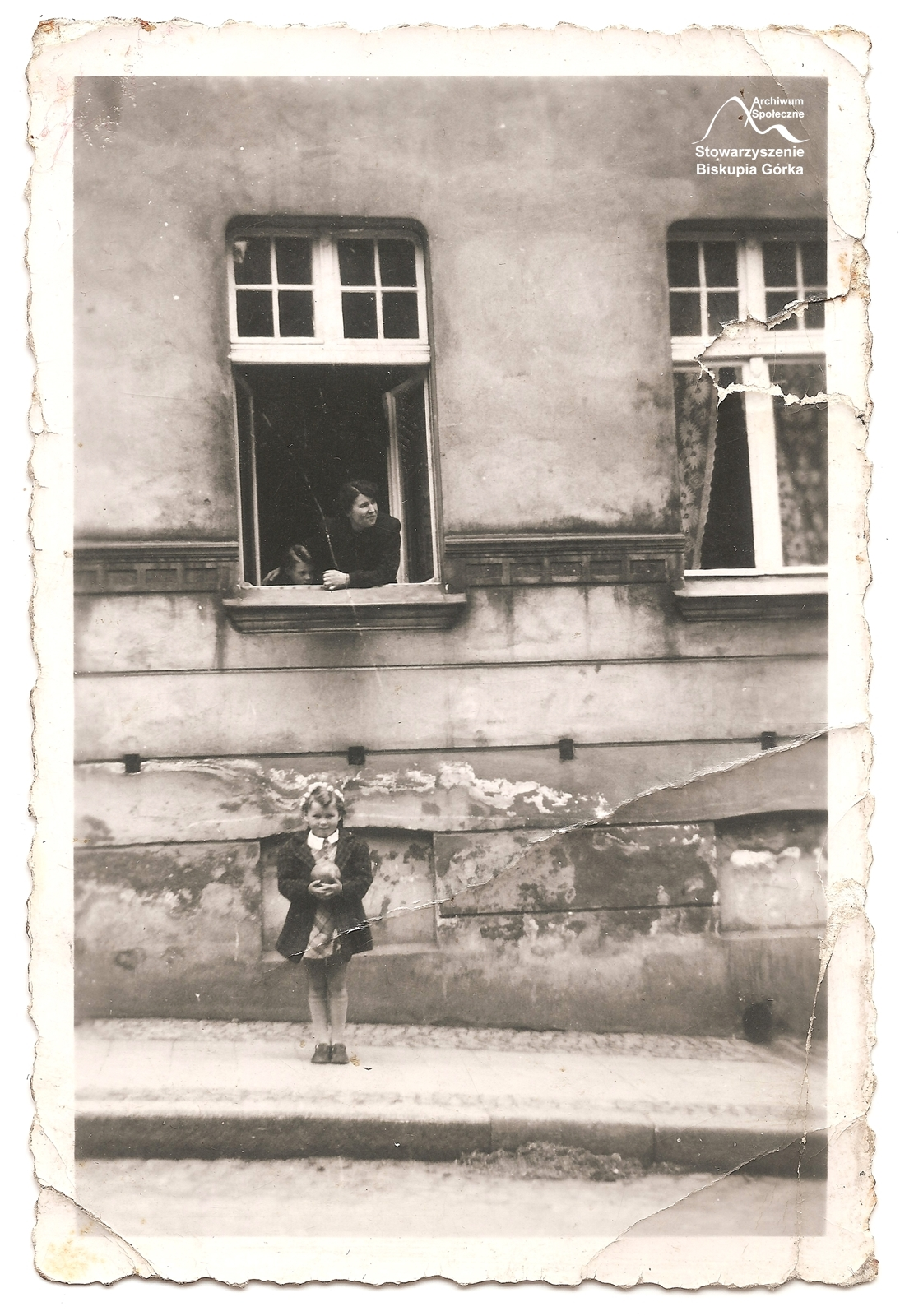 Urszula przed domem przy Biskupiej 19, w oknie mama, Zofia Marschinke.