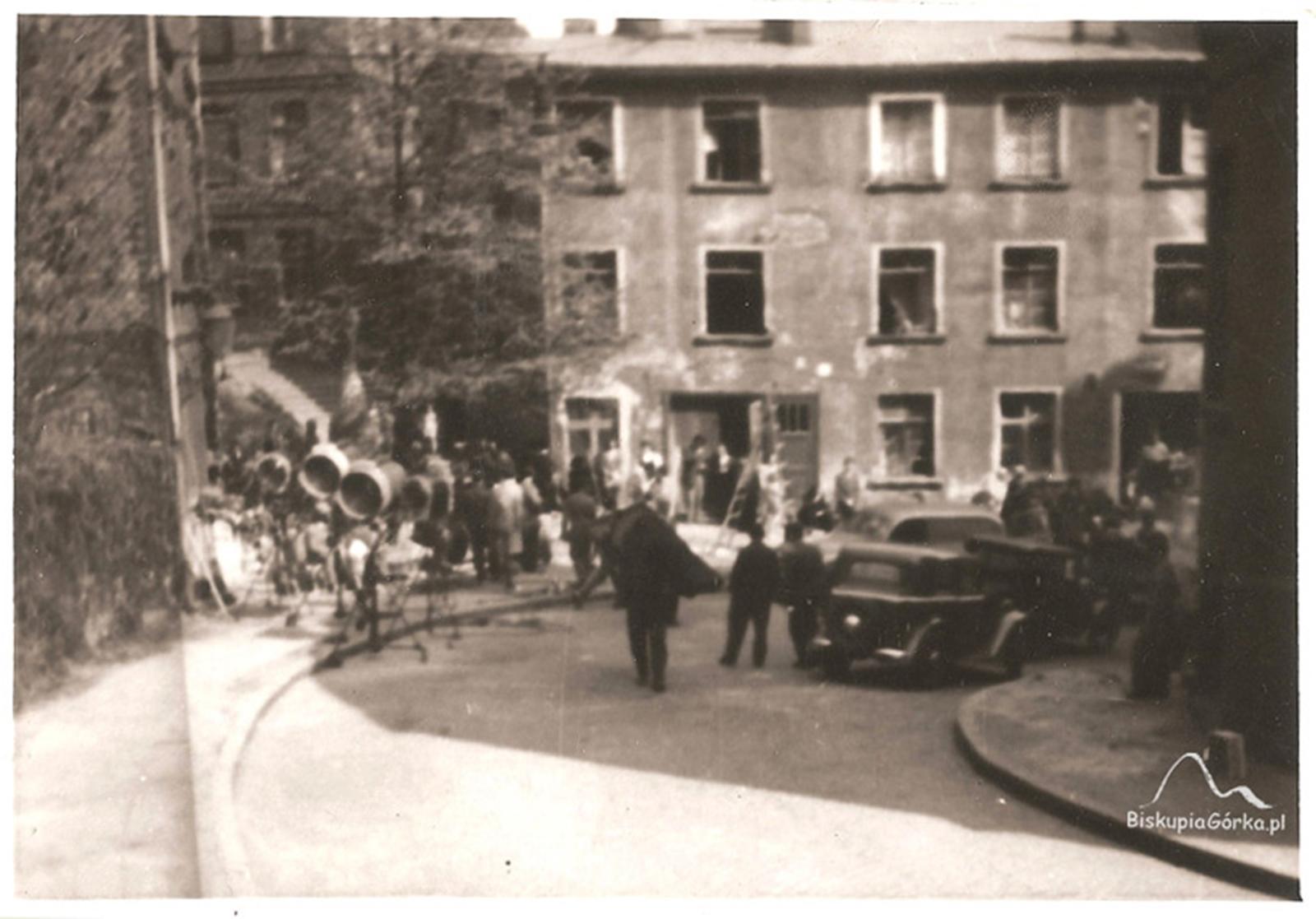 1960 r. Plan zdjęciowy filmu Walet pikowy, przed kamienicą Biskupia 10, która została niedługo po tym rozebrana.