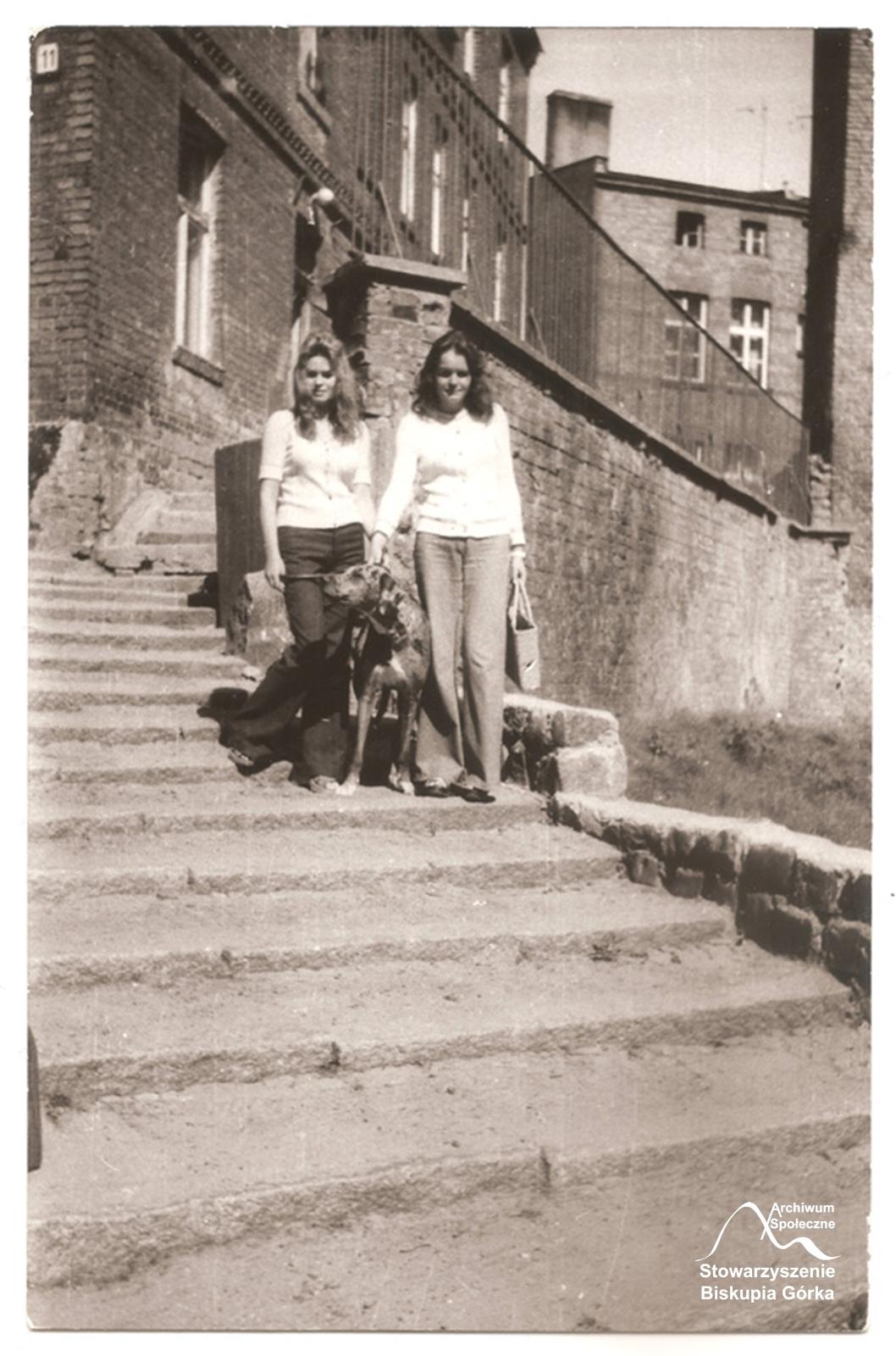 Córki Urszuli Kiedrowskiej na schodch przy ul. Biskupiej, przed ich przebudową.