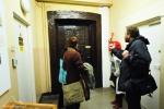 Jedne z dwojga podobnych drzwi rzeżbionych umiwjscowionych po obu końcach korytarza w skrzydle  północnym