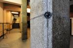 Sień główna, kolumny obłożone są granitowymi płytami pochodzącymi z gdańskich ulic.