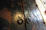 Wykuty z blachy herb Gdańska na drzwiach auli