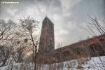 """Wieża schroniska ma 25 metrów wysokości, do tego stoi na wzgórzu o wys. 60,8 m n.p.m, ale ten wspaniały punkt widokowy jest niedostępny dla turystów. Do 1945 r. na wieży znajdował się kurant złożony z 22 dzwonów oraz mechanizm, dzięki któremu można było oglądać zawsze o godz. 12 widowisko przedstawiające walkę okrętów  """"Piotra z Gdańska"""" i """"Św. Tomasza"""", na pamiątkę zdobycia przez Pawła Benekego """"Sądu Ostatecznego"""" Hansa Memlinga. Zegar został w 2017 r. odremontowany, jednak bez mechanizmu, który poruszał blaszanymi okrętami."""
